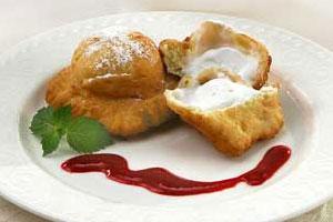 Пончики с мороженым и ягодным пюре