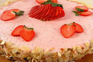 Торт творожный с клубничным кремом