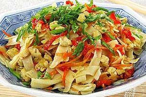 Курица с лапшой и овощами