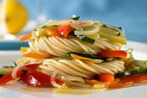 Спагетти с овощами и яблоками