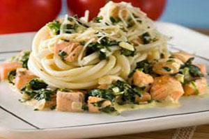 Макароны с лососем и шпинатом