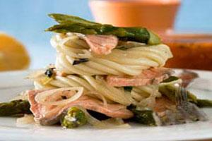Макароны с овощами и лососем