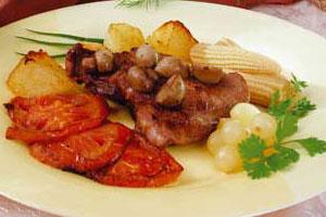 Бифштекс с грибами и овощами