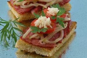 Горячие бутерброды с колбасой и яблоками