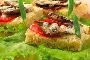 Бутерброды со шпротами, яйцом и свежими помидорами