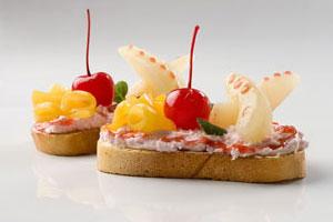 Сладкие бутерброды с фруктами и творогом