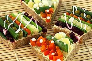 Полосатый бутерброд с овощами
