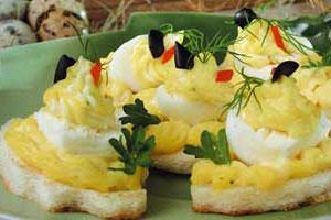 Перепелиные яйца на тостах