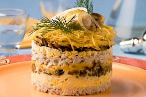 Салат-торт с курицей и грибами