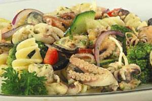 Салат с макаронами и морепродуктами