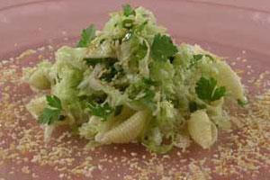 Зеленый салат с ракушками