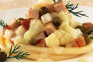 Салат мясной с макаронами и овощами