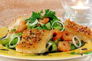 Салат с креветками, грибами с хлебцами