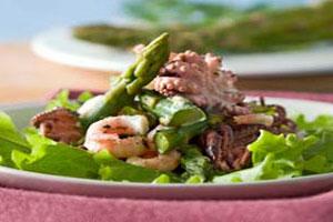 Салат с креветками и спаржей