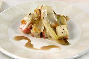 Салат из цикория с омарами и соусом