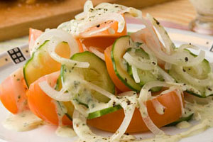 Салат овощной с горчичным соусом