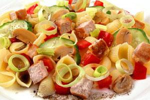 Салат овощной с мясом и макаронами