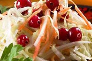 Салат из белокочанной капусты с клюквой