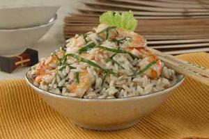 Салат из риса с креветками и анчоусами