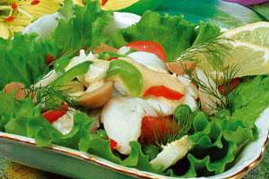Рыбный салат с зеленым горошком
