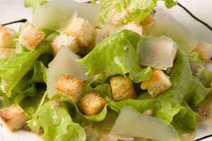 Салат «Цезарь» с соусом из анчоусов