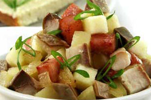 Салат картофельный с копченой рыбой