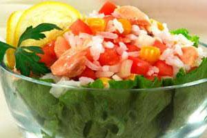 Салат рисовый с рыбными консервами