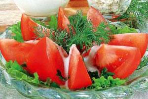 Салат из помидоров с кислым молоком