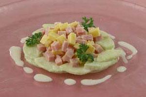 Салат из сыра с яблоками и ветчиной