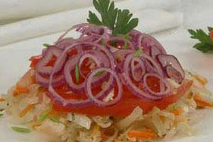Салат с помидорами и квашеной капустой