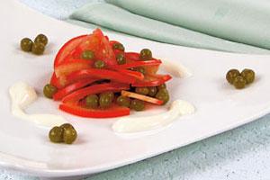 Салат с помидорами и зеленым горошком