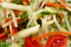 Салат с огурцами, морковью и редисом