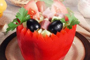 Желтый рисовый салат в короне из перца