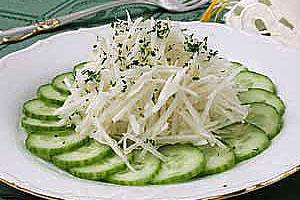 Салат из редьки с огурцами и сметаной