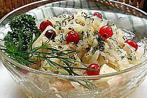 Салат из квашеной капусты с маринованными фруктами