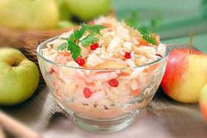 Салат из квашеной капусты с фруктами