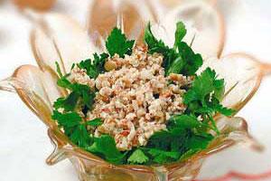 Салат из зелени с ореховым соусом