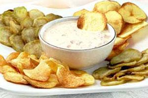 Овощные чипсы с соусом