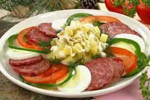 Закуска с копченой колбасой